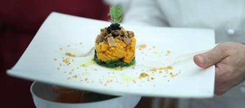 La ricetta  vegan per Capodanno: Miniflan di zucca, spinacini, seitan quinoa e perle di aceto balsamico
